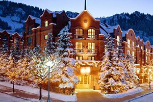 Independence Square Hotel by Frias Properties :: Aspen's only lodge on the downtown mall. Complimentary continental breakfast, rooftop hot tub & deck and air conditioning. Just steps away from Aspen's shops and restaurants.